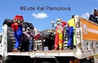 Palyaçolar Pamukova sokaklarından evde kalanlara seslendiler.