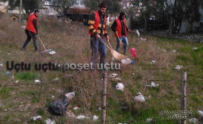 Belediye temizlik işçileri başıboş poşetlerin peşinde,