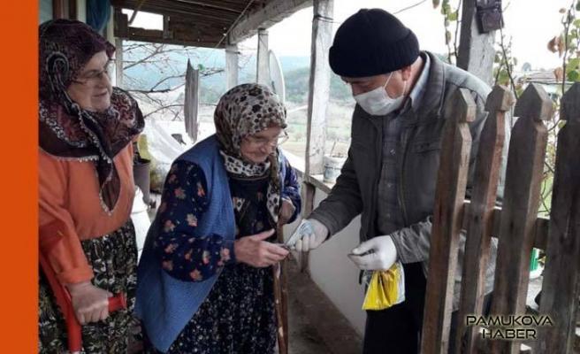 Vefa Sosyal Destek Grubu yaşlı maaşlarını evlerine teslim etti.