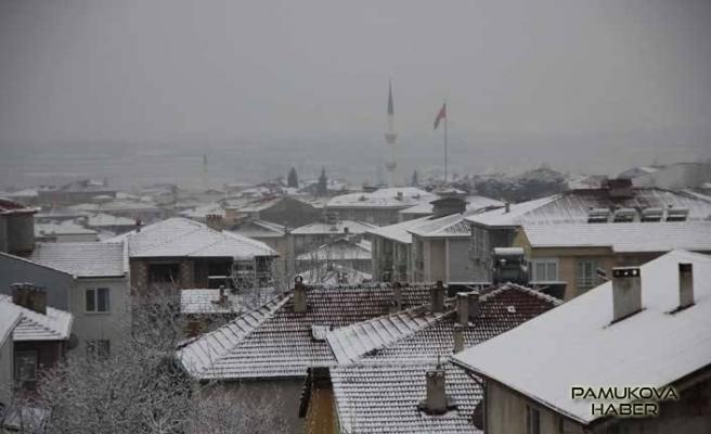 Pamukova'da Kar yağışı devam ediyor.