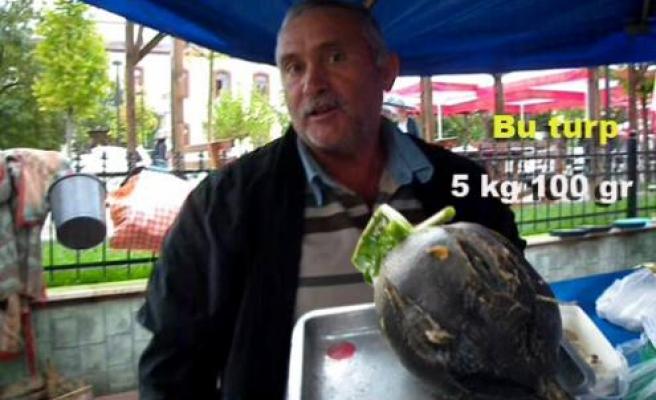 5 kg 100 gramlık dev turp görenleri şaşırttı.