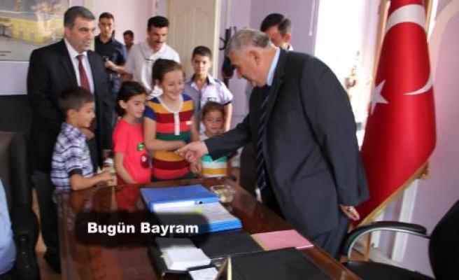 Belediye başkanı büyüklerin elini öptü, küçüklere ise harçlıklar verdi