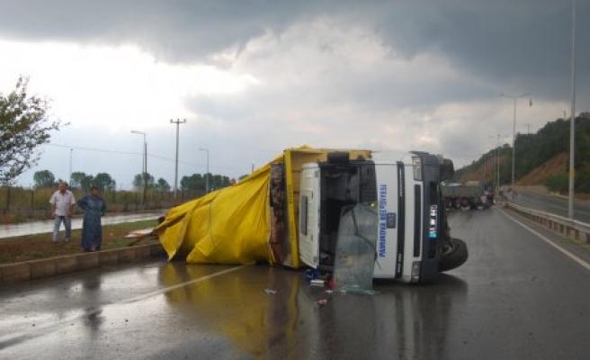 Belediye ye ait kamyon devrildi, bir kişi yaralandı