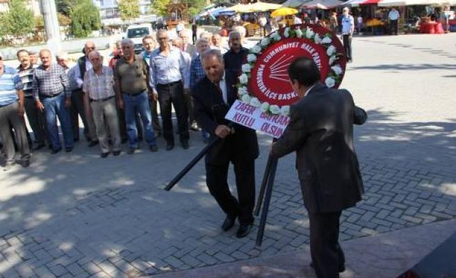 CHP'liler 30 Ağustos kutlamalarını kısıtlamaya tepki olarak çelenk koydular.