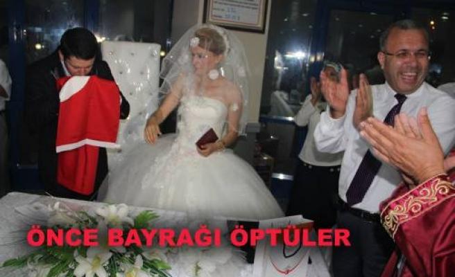 Nikahtan sora ilk Türk Bayrağını öptüler.