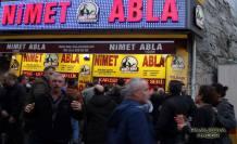 Nimet Abla Bilet satıyor parayı kapıyor.