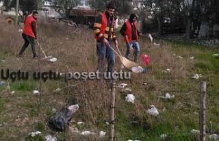Belediye temizlik işçileri başıboş poşetlerin...